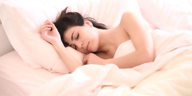会社に行きたくなく寝ている女性